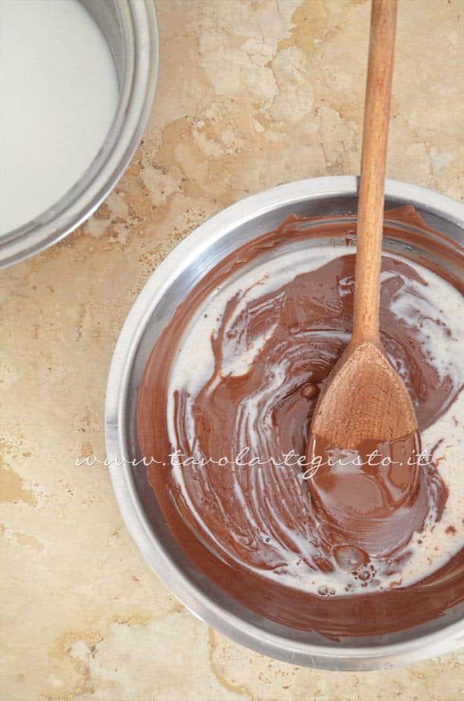 Aggiungere il latte caldo al cioccolato - Ricetta Cannoli di cialda al cacao con Mousse al gianduia