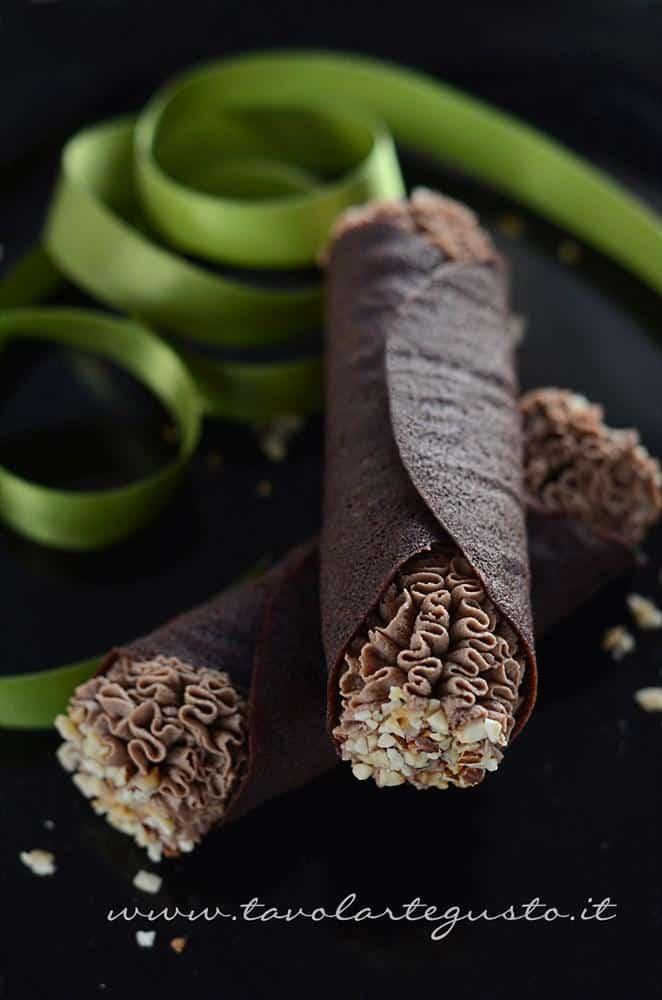 Cannoli di cialda al cacao con Mousse al gianduia - Ricetta Cannoli di cialda
