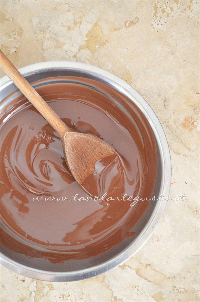 Cioccolato gianduia fuso - Ricetta Cannoli di cialda al cacao con Mousse al gianduia