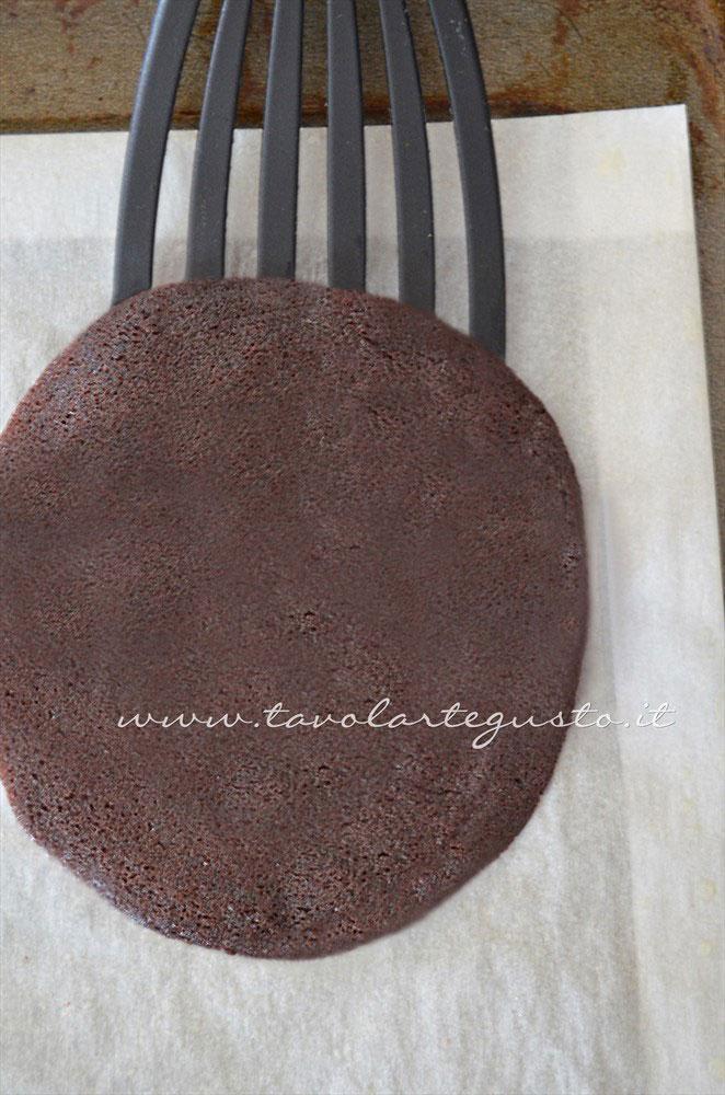 La cialda appena cotta - Ricetta Cannoli di cialda al cacao con Mousse al gianduia