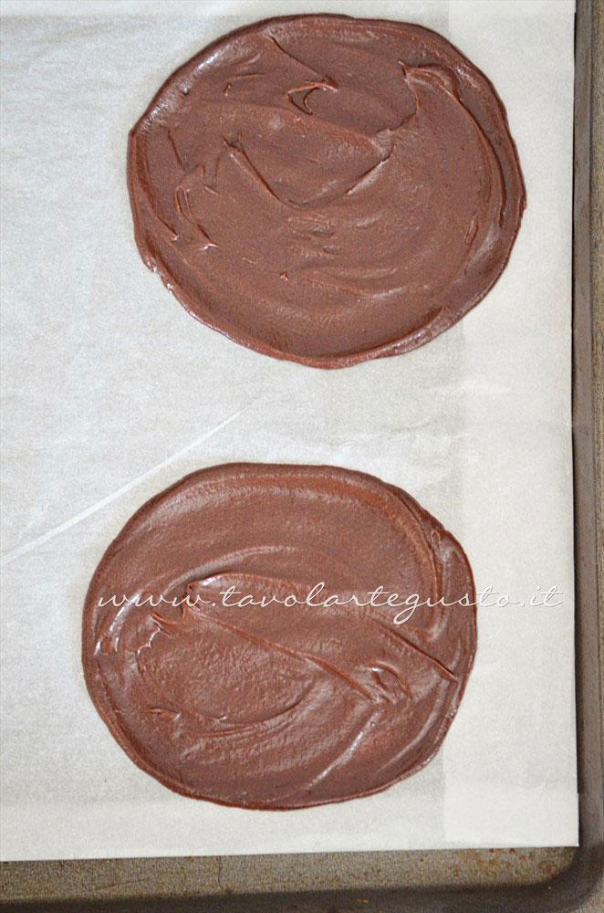 Stendere l'impasto dei cannoli di cialda - Ricetta Cannoli di cialda al cacao con Mousse al gianduia
