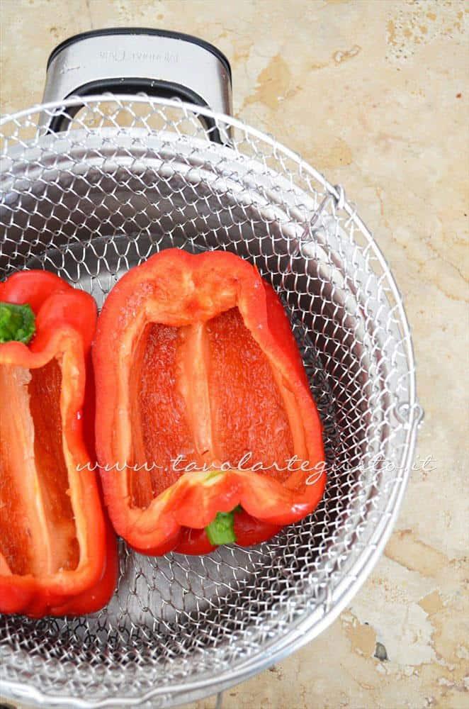 Cuocere i peperoni a vapore - Ricetta Peperoni Ripieni al forno con scamorza e olive