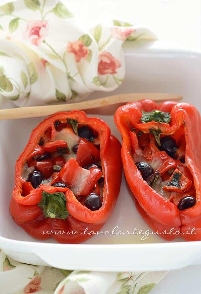 Peperoni Ripieni al forno con scamorza e olive - Ricetta Peperoni Ripieni al forno con scamorza e olive