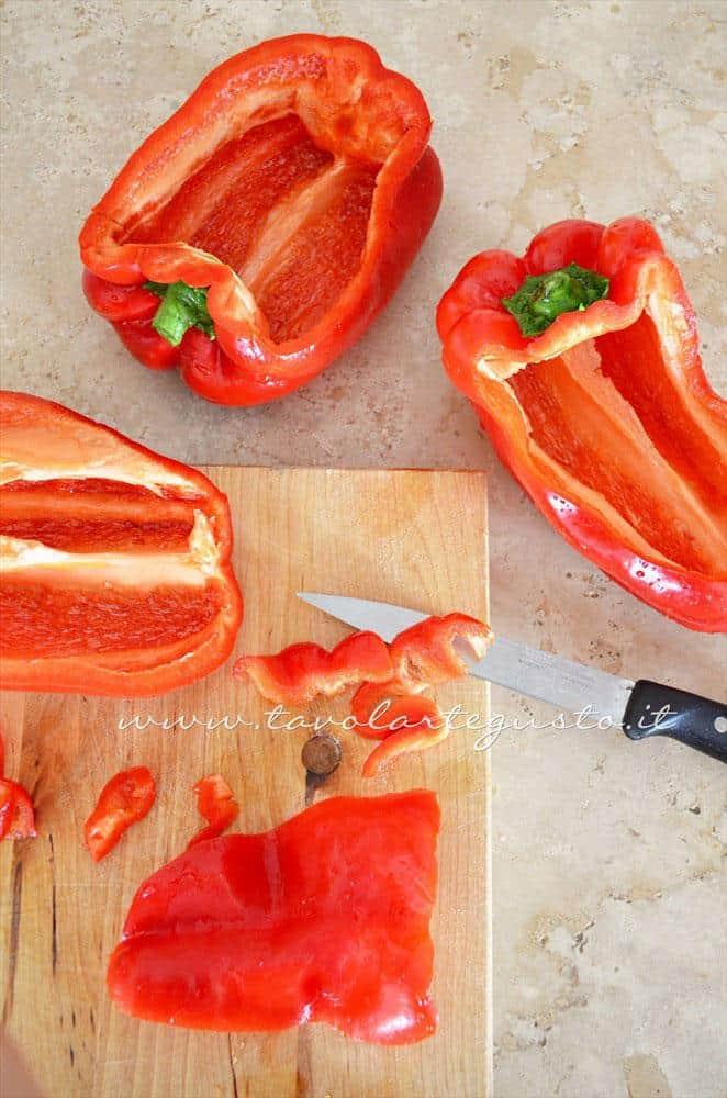 Tagliare la parte superiore dei peperoni - Ricetta Peperoni Ripieni al forno con scamorza e olive