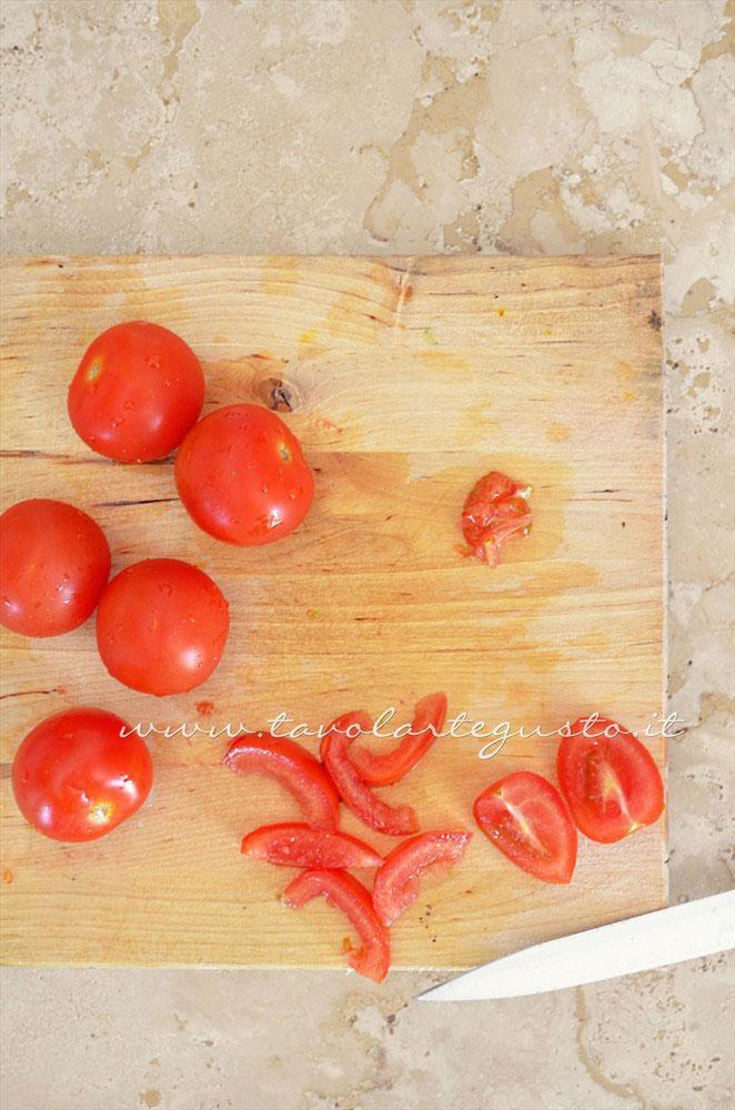 Affettare i pomodorini e privarli dei semi - Ricetta Tartellette salate con pomodorini