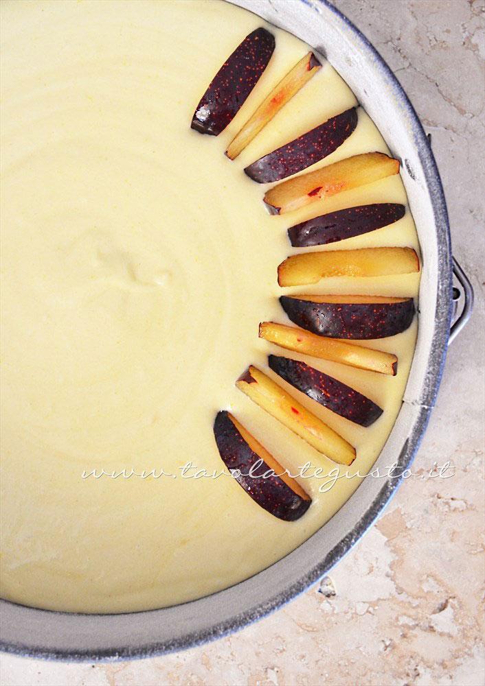 Affondare poco le fettine di prugne nell'impasto - Ricetta Torta di prugne