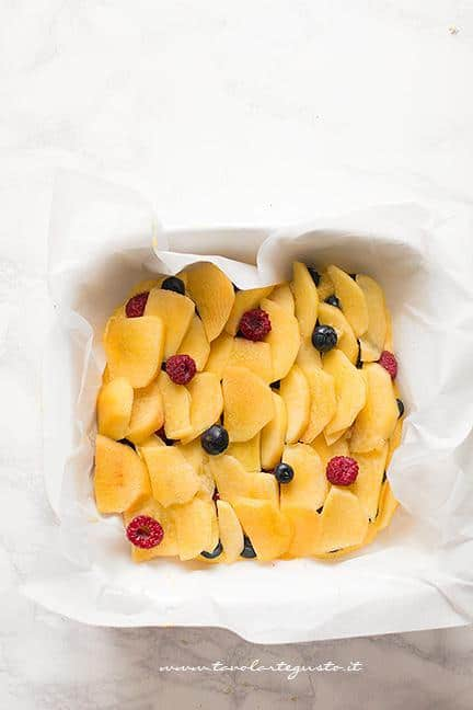 Aggiungere le pesche affettate -Ricetta Torta Crumble alla frutta (pesche e mirtilli)