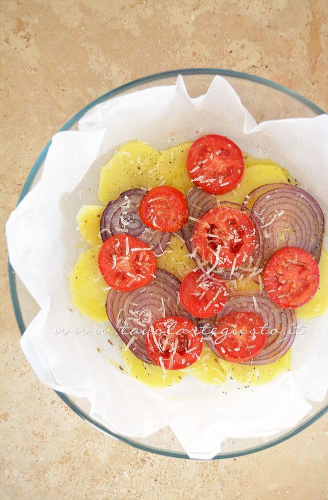 Aggiungere pecorino, sale, pepe, origano e olio  - Ricetta Patate e cipolle al forno con pomodori e pecorino