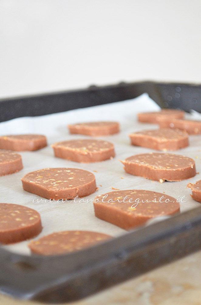 Biscotti al farro pronti per la cottura - Ricetta Biscotti al farro cacao e nocciole