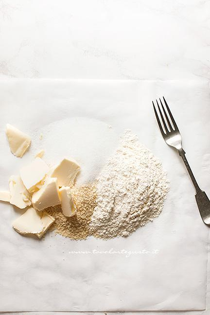Come preparare il Crumble fase 1 - Ricetta Torta Crumble alla frutta (pesche e mirtilli)
