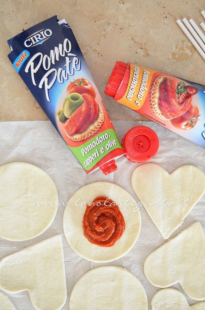Farcire con pomo patè il centro della sfoglia intagliata - Ricetta Lecca lecca salati di pasta sfoglia