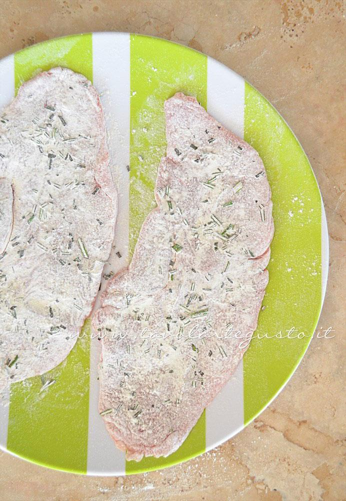 Infarinare le fettine di vitello - Ricetta Scaloppine all'uva