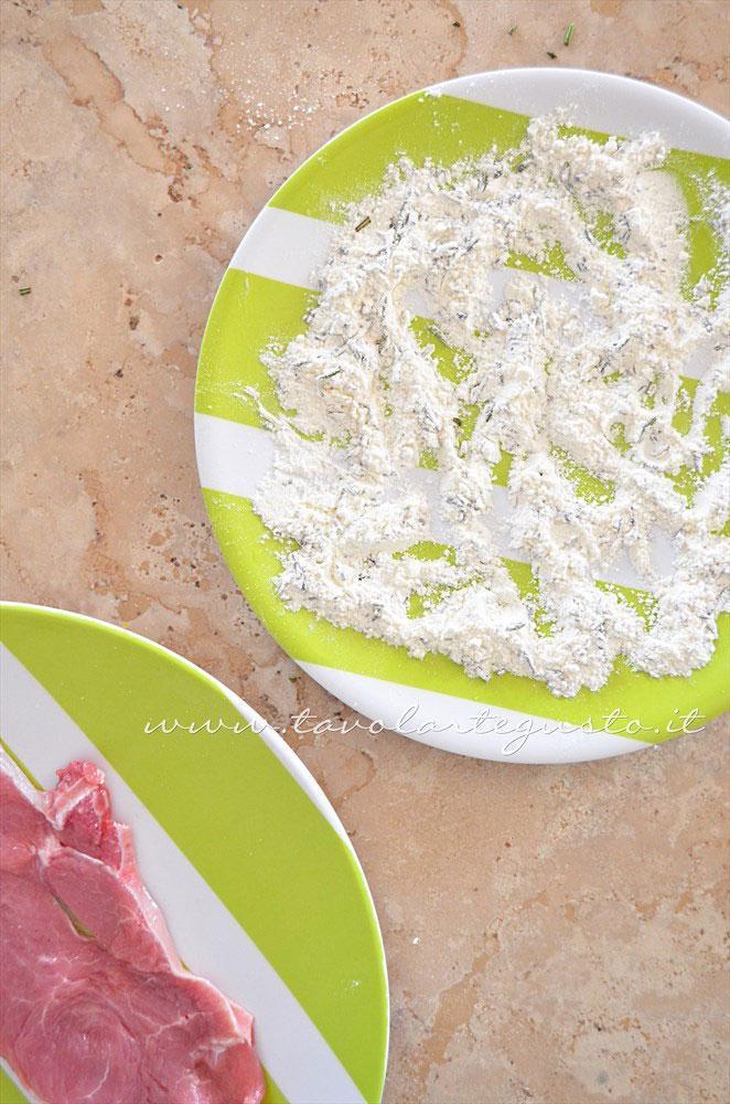 Miscelare il rosmarino alla farina - Ricetta Scaloppine all'uva