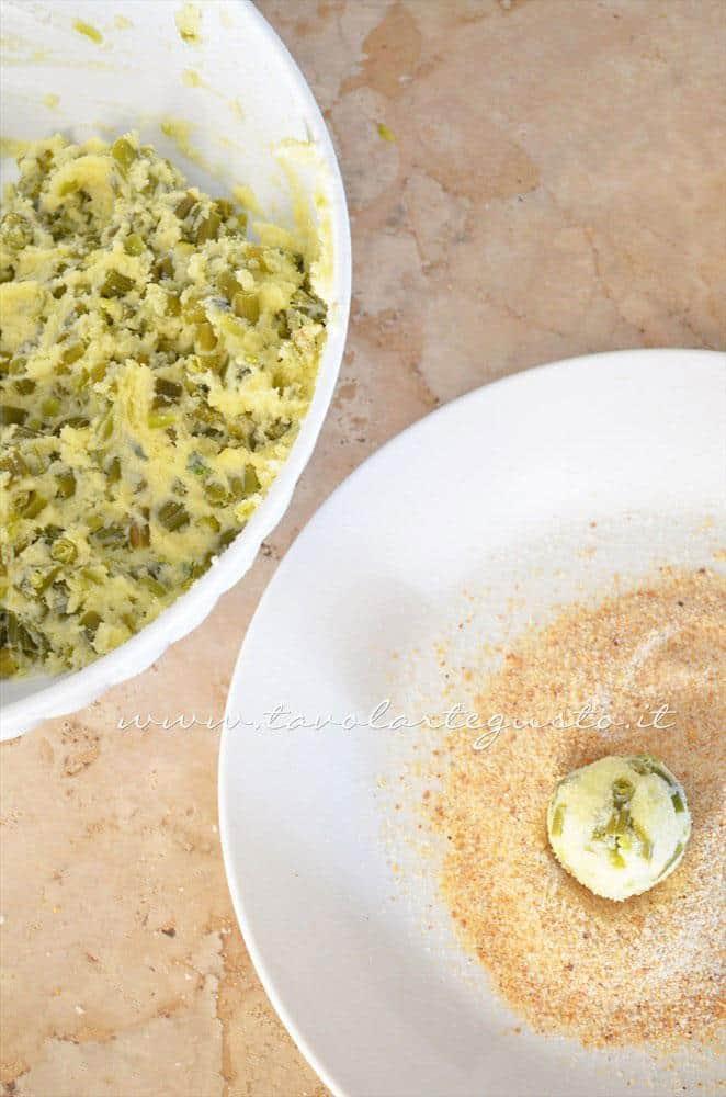 Panare le crocchette nel pan grattato - Ricetta Crocchette di patate al forno con ricotta e fagiolini