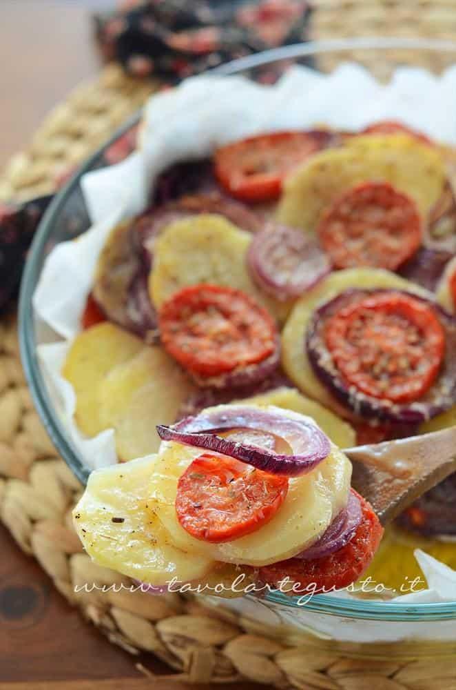 Patate e cipolle al forno con pomodori e pecorino - Ricetta Patate e cipolle al forno
