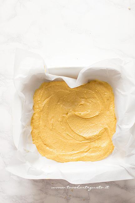Preparare la base della torta Crumble - Ricetta Torta Crumble alla frutta (pesche e mirtilli)