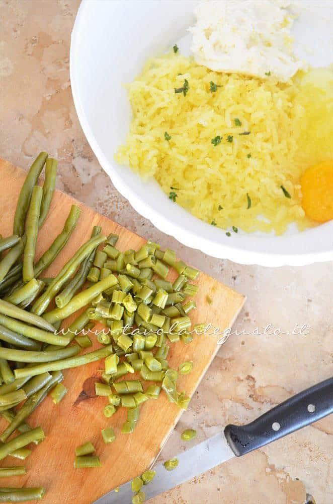 Preparare l'impasto delle crocchette - Ricetta Crocchette di patate al forno con ricotta e fagiolini