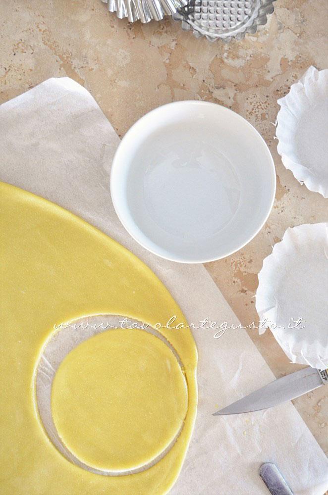 Ricavare dei cerchi di impasto per realizzare le Tartellette - Ricetta Tartellette salate con pomodorini