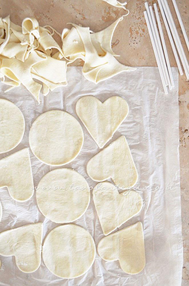 Sollevate via gli sfridi di pasta sfoglia in eccesso - Ricetta Lecca lecca salati di pasta sfoglia