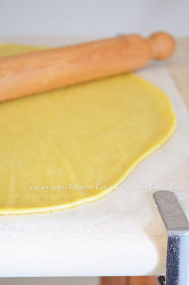 Stendere la pasta briseè senza burro - Ricetta Tartellette salate con pomodorini