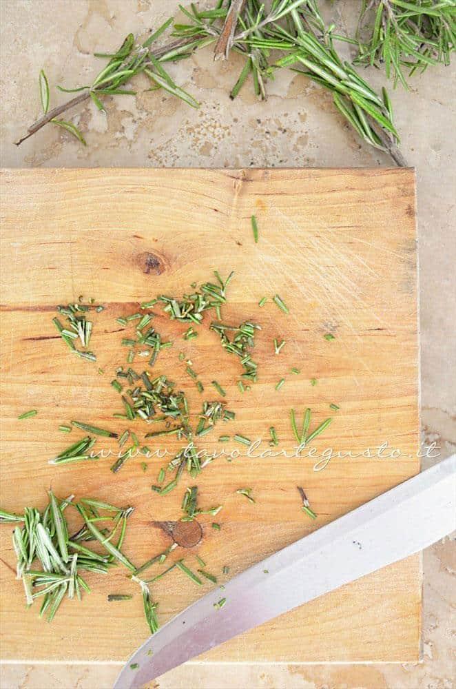 Tritare il rosmarino - Ricetta Scaloppine all'uva