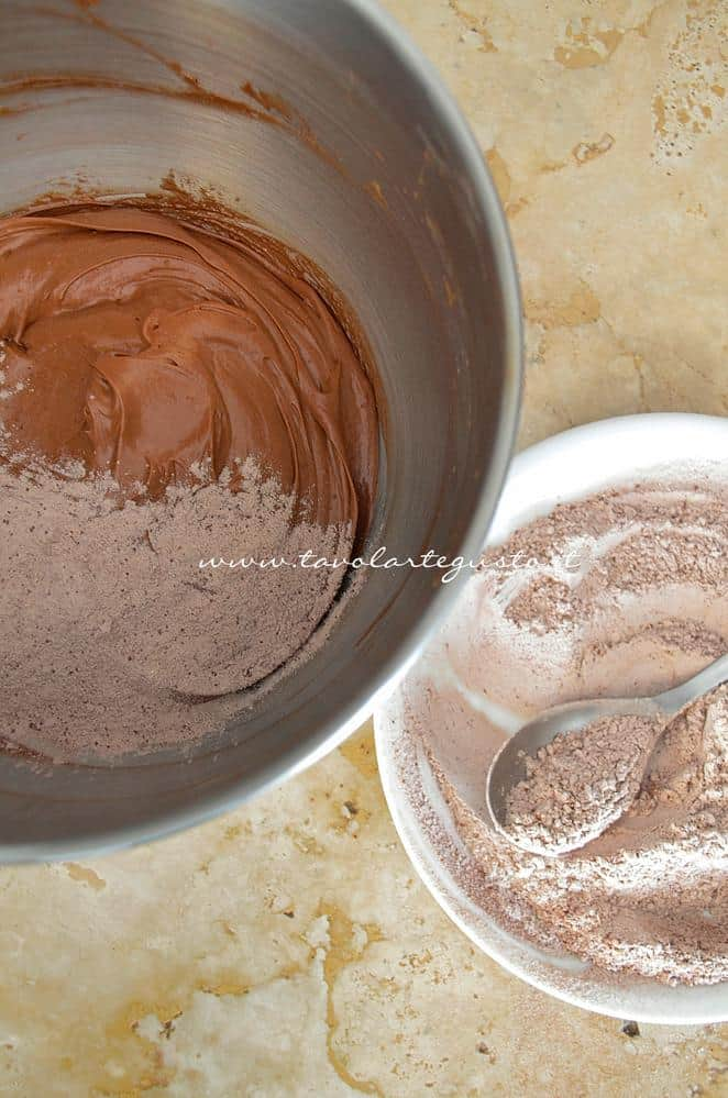 Aggiungere all'impasto le farine setacciate - Ricetta Brownies al cioccolato e pistacchi