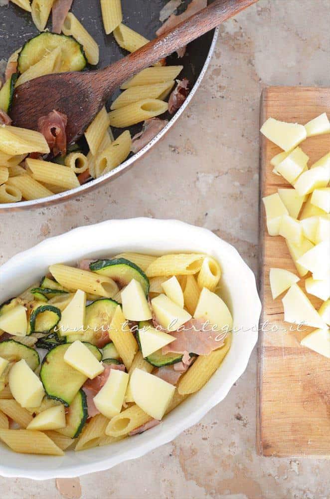 Assemblare la pasta al forno - Ricetta Pasta al forno con zucchine e speck
