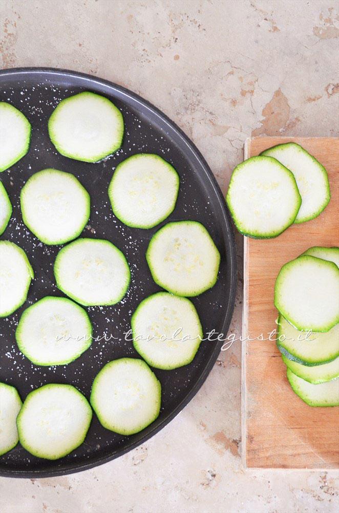 Grigliare le zucchine - Ricetta Pasta al forno con zucchine e speck