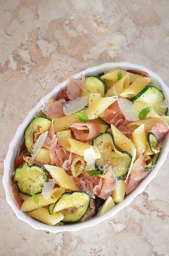Pasta al forno con zucchine e speck pronta per essere infornata - Ricetta Pasta al forno con zucchine e speck