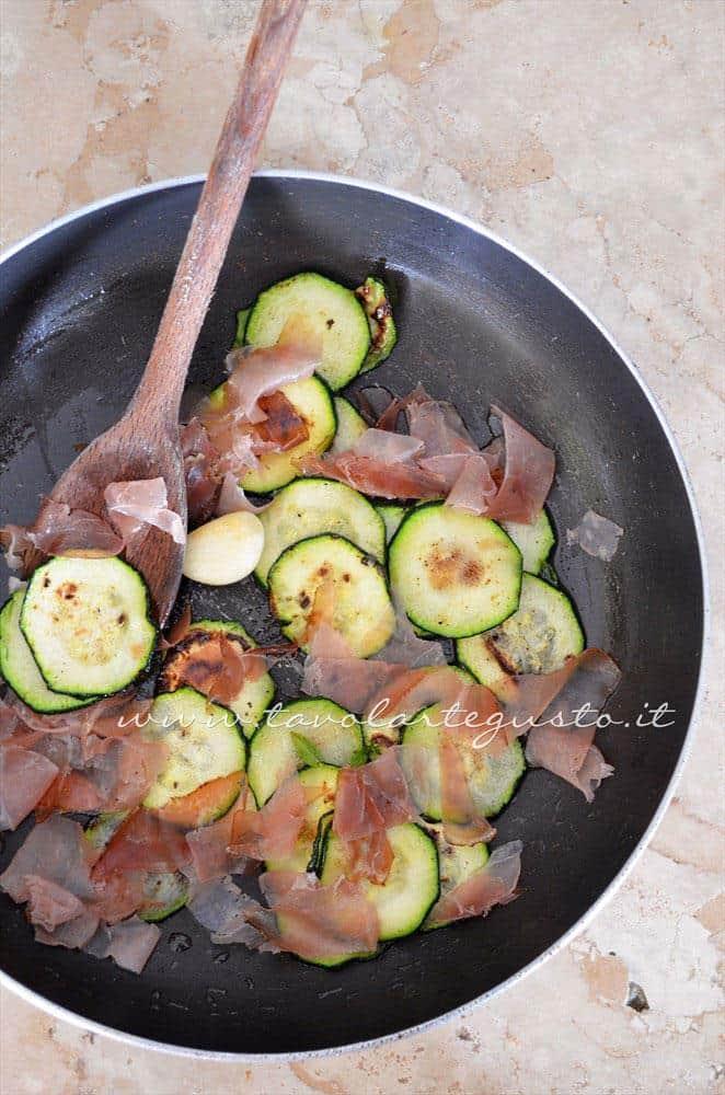 Saltare in padella le zucchine con lo speck - Ricetta Pasta al forno con zucchine e speck