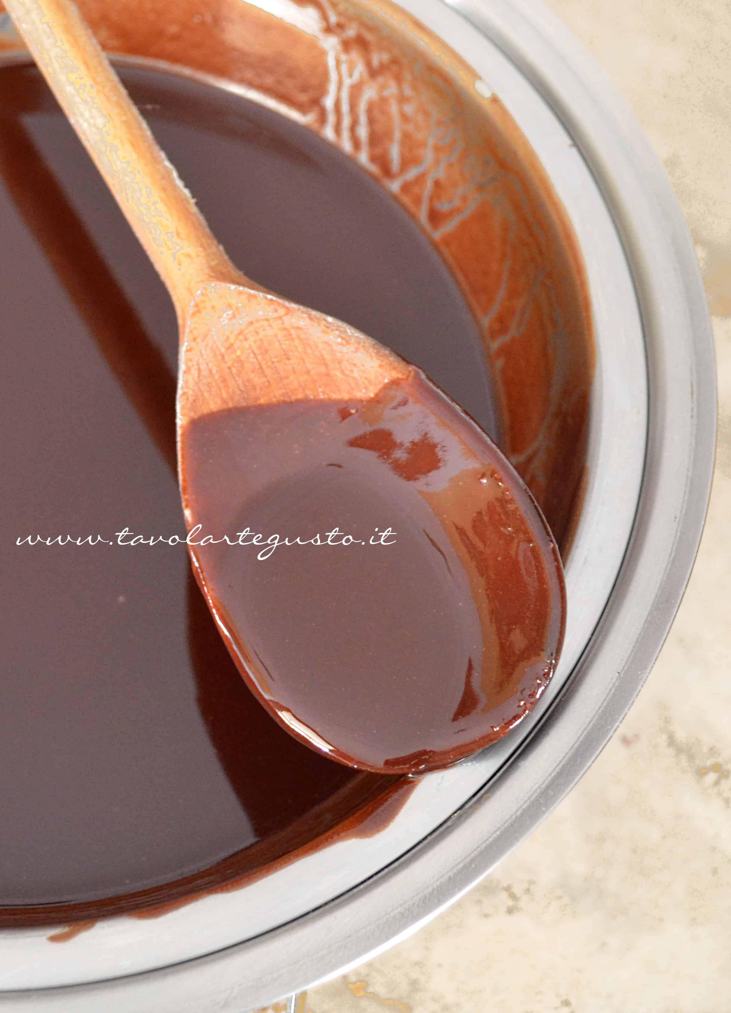 Sciogliere cioccolato e burro a bagnomaria - Ricetta Brownies al cioccolato e pistacchi
