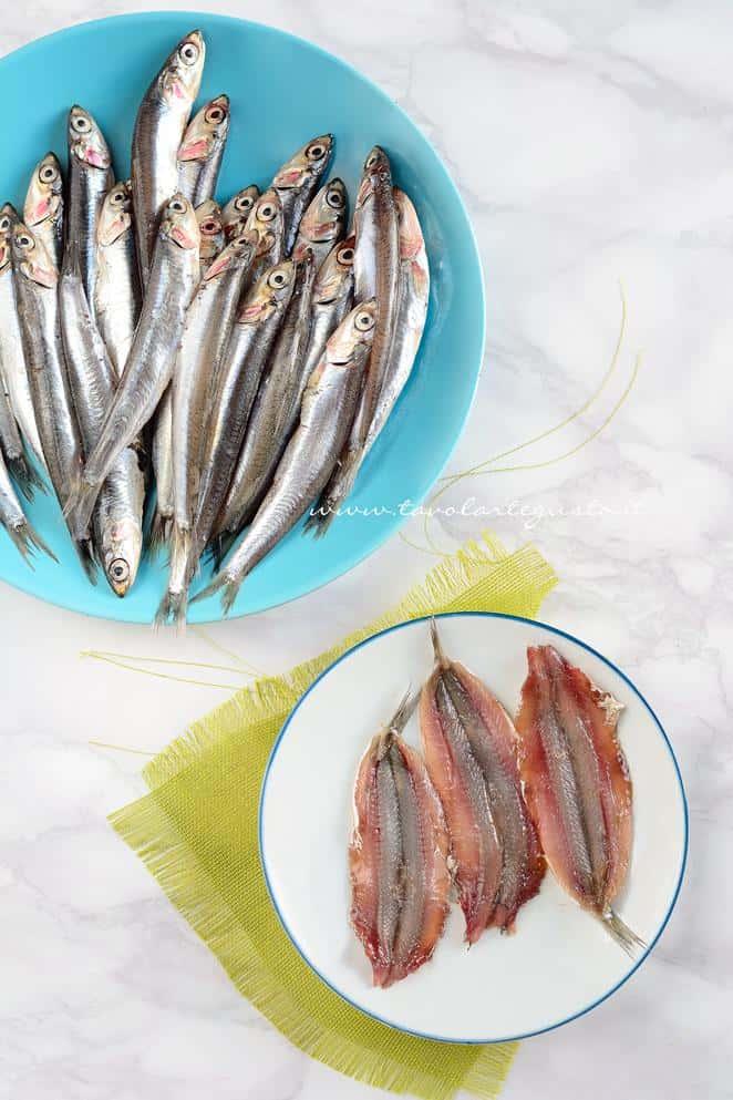Pulire le alici e privarle della lisca - Ricetta Alici ripiene al forno