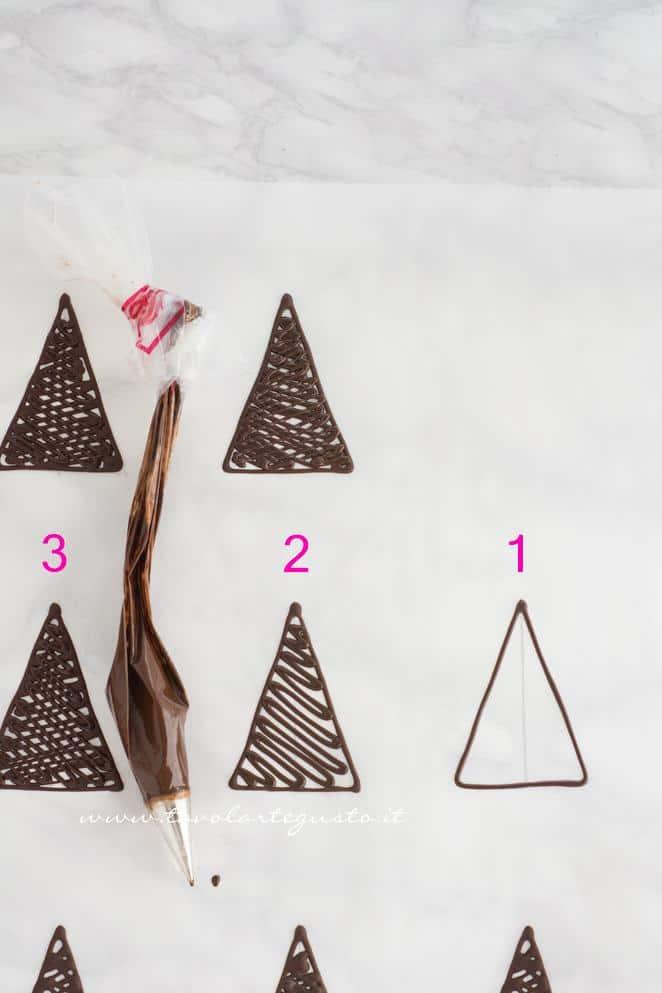 Realizzare triangoli di cioccolato con la sac à poche - Ricetta Decorazioni di cioccolato