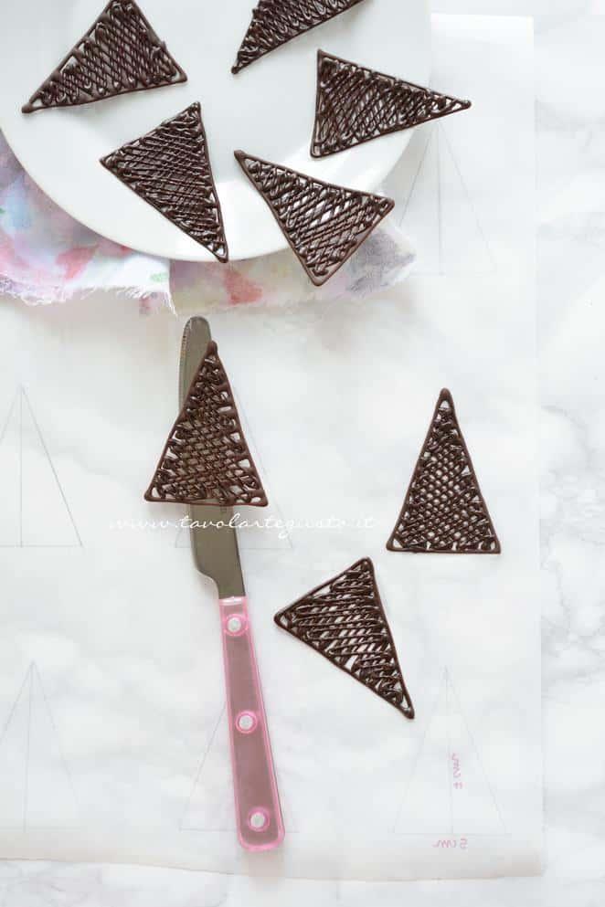 Triangoli di cioccolato pronti per essere utilizzati - Ricetta Decorazioni di cioccolato