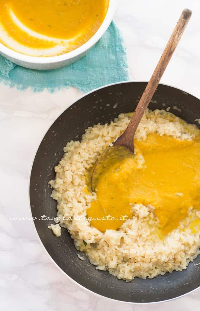 Aggiungere al riso la crema di zucca - Ricetta Risotto alla zucca con funghi e gorgonzola
