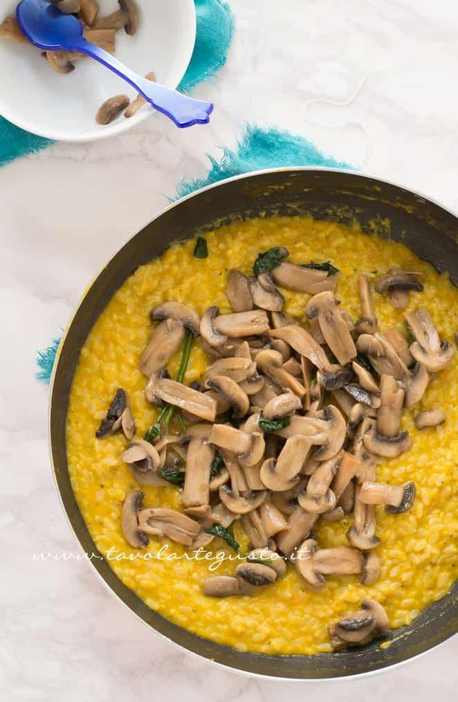 Aggiungere  al risotto i funghi - Ricetta Risotto alla zucca con funghi e gorgonzola
