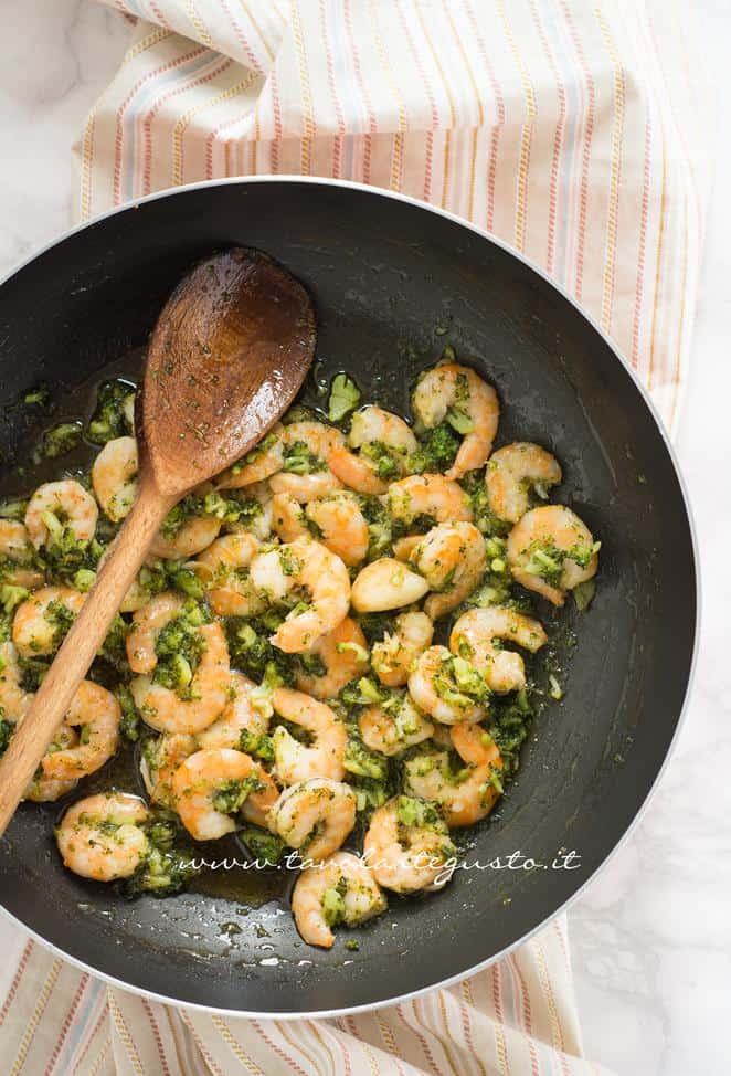 Il condimento di broccoli e gamberi pronto - Ricetta Calamarata con gamberi e broccoli
