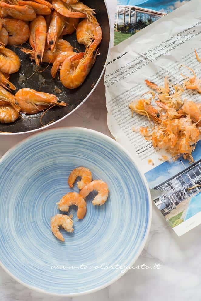 Sgusciare i gamberi conservando il succo - Ricetta Calamarata con gamberi e broccoli