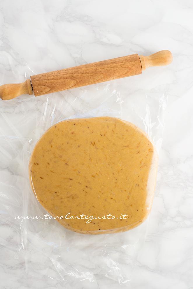 Sigillare la frolla con una pellicola per alimenti - Ricetta Biscotti al Cappuccino
