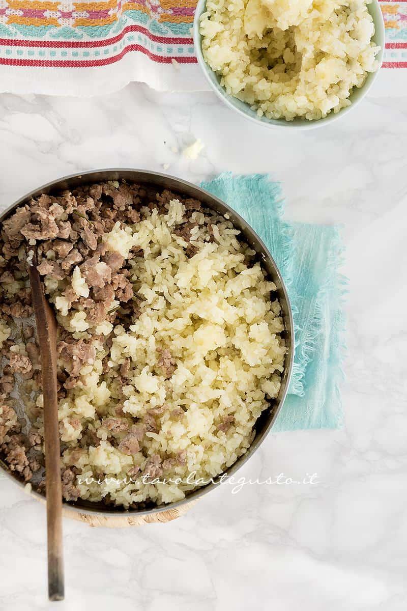 Aggiungere le patate lesse alla salsiccia - Ricetta Involtini di Radicchio