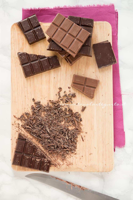 Tritare il cioccolato - Ricetta Tartufi al cioccolato