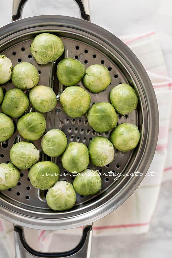 Cuocere a vapore i Cavoletti di Bruxelles - Ricetta Cavoletti di Bruxelles gratinati