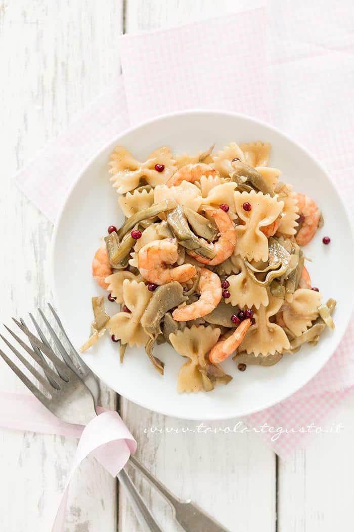 Pasta risottata con carciofi, gamberi e pepe rosa -  Ricetta Pasta risottata con carciofi, gamberi e pepe