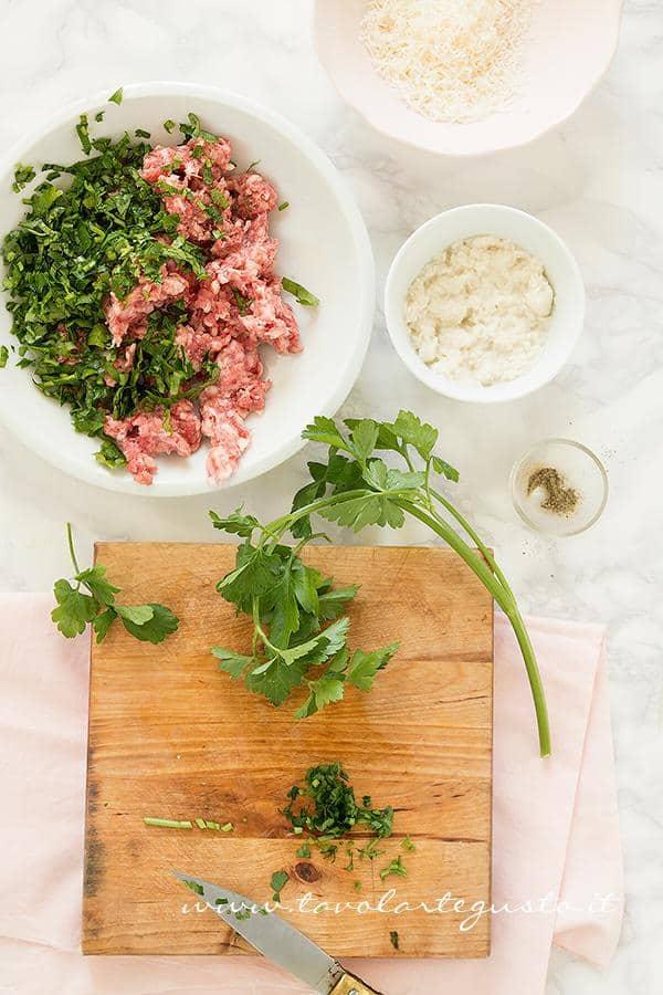 Preparare il ripieno  - Ricetta Carciofi ripieni di salsiccia