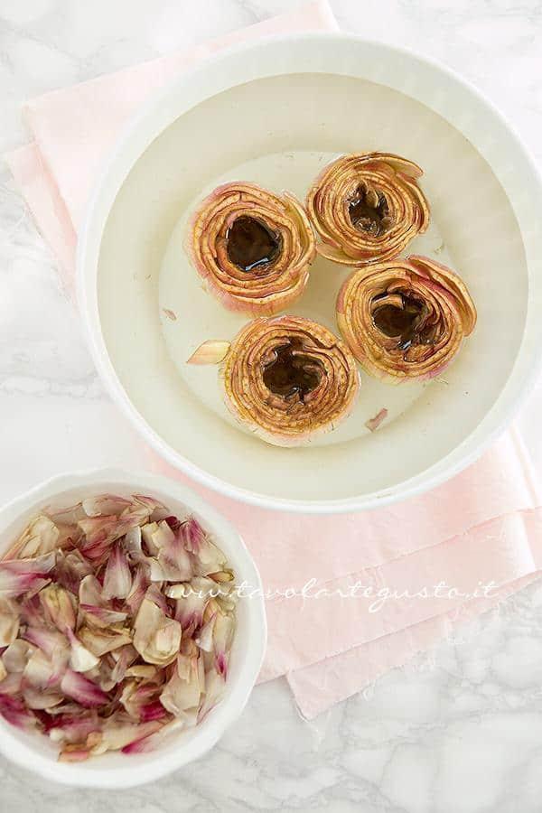 Pulire e svuotare i carciofi - Ricetta Carciofi ripieni di salsiccia