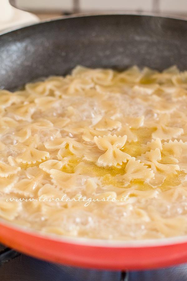 Risottare la pasta -  Ricetta Pasta risottata con carciofi, gamberi e pepe rosa