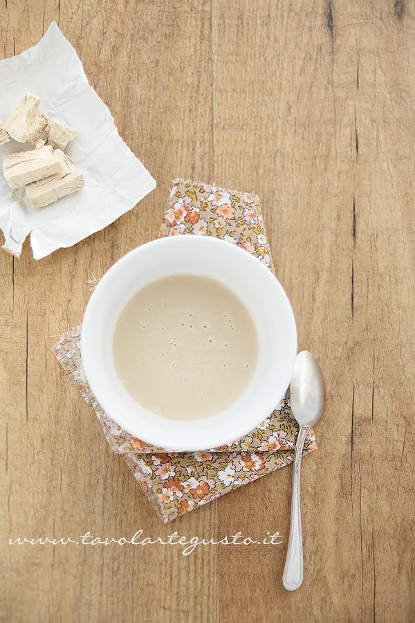 Sciogliere il lievito con acqua e zucchero - Ricetta Focaccia veloce e senza impasto