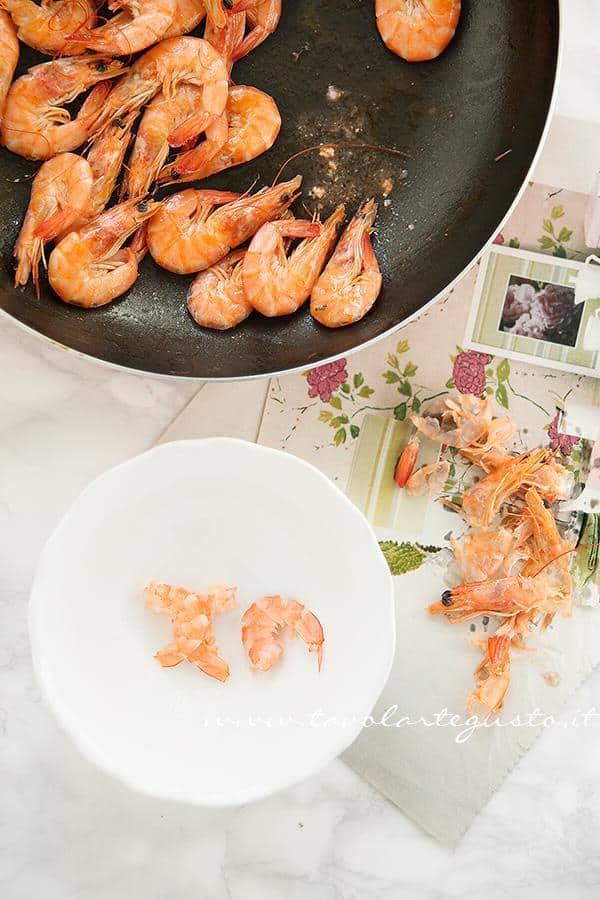 Sgusciare i gamberi conservando il succo di cottura -  Ricetta Pasta risottata con carciofi, gamberi e pepe