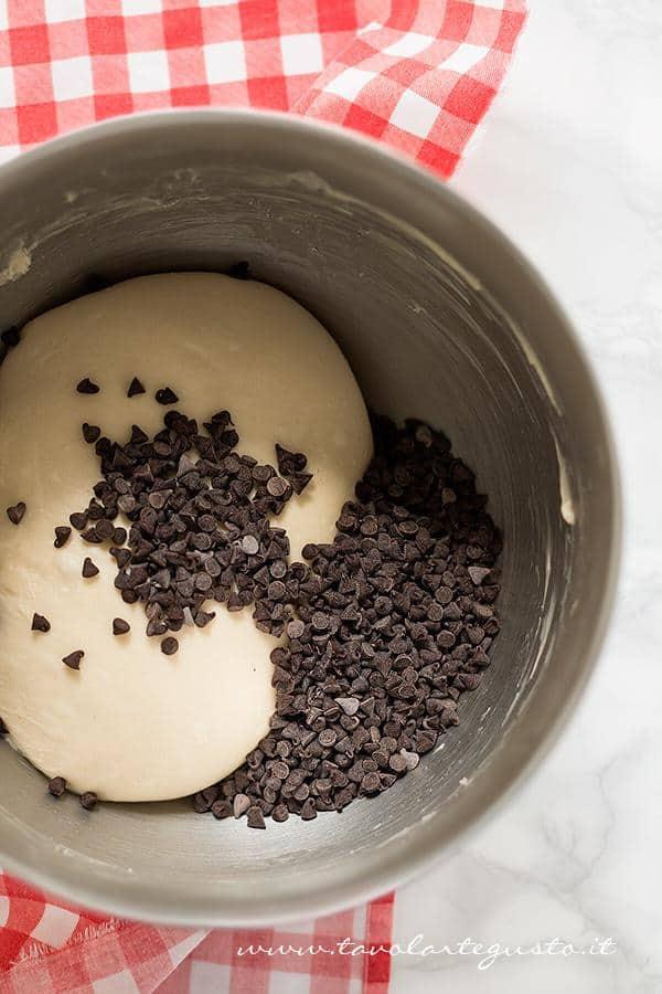 Aggiungere le gocce di cioccolato - Ricetta Pangoccioli