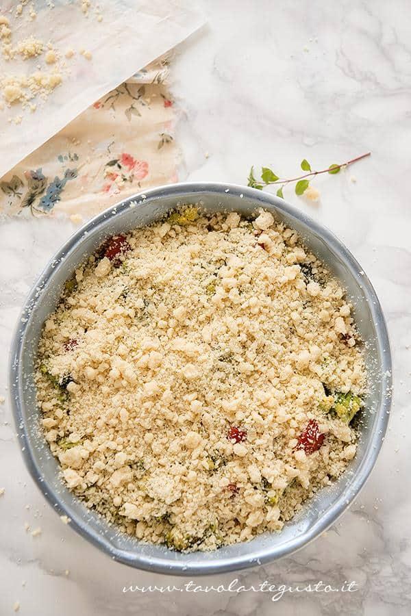 Disporre le verdure in teglia e aggiungere il Crumble - Ricetta Crumble di Verdure